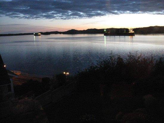 Pillsbury Guest House : Sunset view through bay window