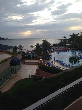 Azul Ixtapa Beach Resort & Convention Center: Alberca y Restaurante