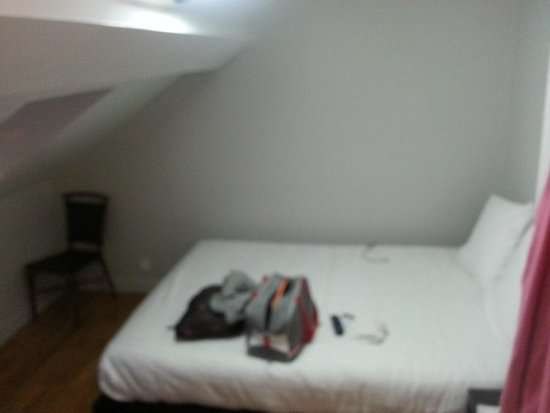 Hotel Le Cantal: Room with slanted roof