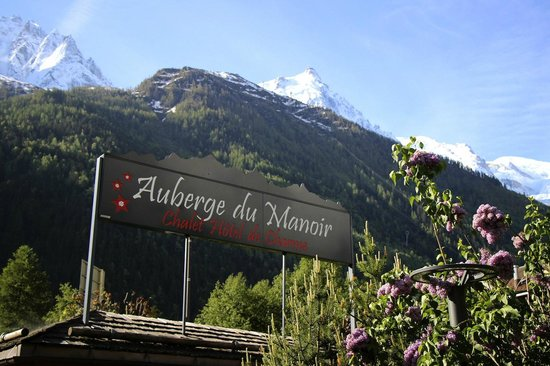 Auberge du Manoir : View of the sign and mountains from the parking lot