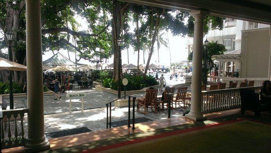 Moana Surfrider, A Westin Resort & Spa: Back lobby out to Banyan Court and beach