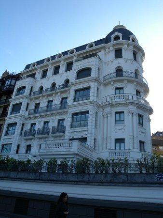 Hotel building picture of hotel de londres y de for Hotel de ville de londres architecture