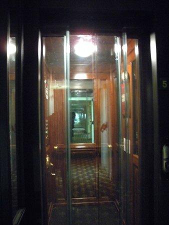 Hotel de Londres y de Inglaterra: Elevator