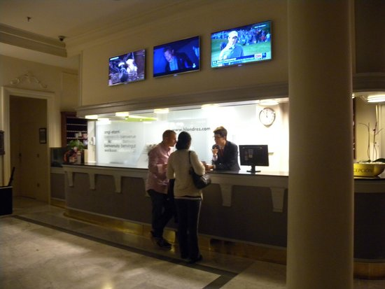 Hotel de Londres y de Inglaterra : Recpetion desk