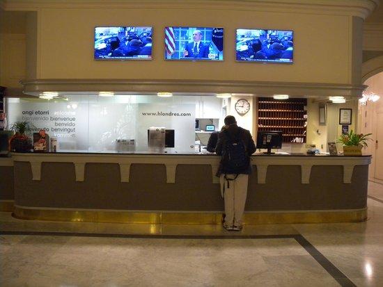Hotel de Londres y de Inglaterra: Reception desk