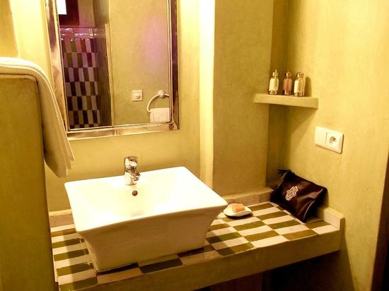 Salle de bains, en tadelakt et zellige traditionnel. - Photo de ...