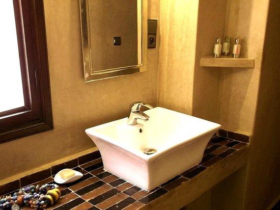 Salle de bains, en tadelakt et zellige traditionnel. - Photo de Riad ...