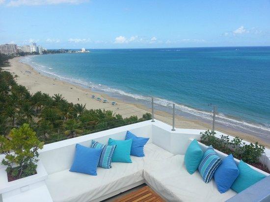 San Juan Water & Beach Club Hotel: Top floor pool and lounge area