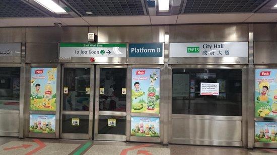 Swissotel The Stamford Singapore: MRT シティーホール駅直結