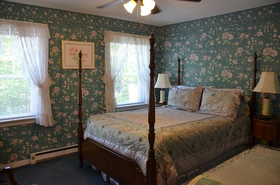 Anne's White Columns Inn: pretty bedroom
