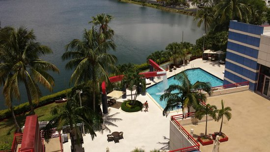 PULLMAN Miami Airport hotel: Piscina e lago vistos do alto