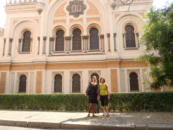 Nina Prague Guide - Tours: Nina and I in front of the Spanish Synagogue