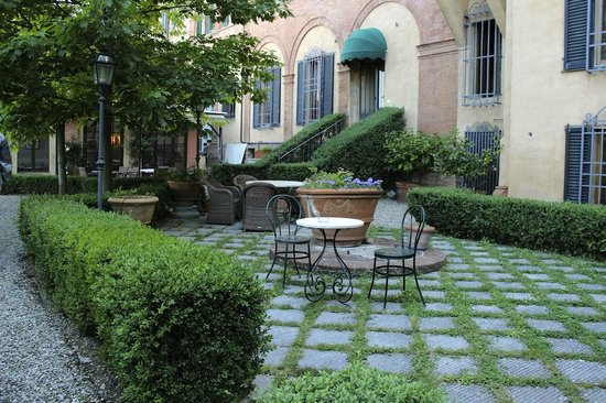 Palazzo Ravizza: Patio leading to the garden (also you go down steps to get to parking lot)