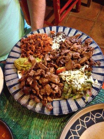 Los Colorines: Parrillada: cecina, carne asada, chorizo, frijoles, guacamole y nopales. Dice que es para dos p