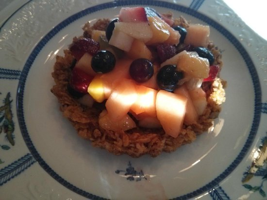 The Butler House Historic Bed and Breakfast: 2nd course - Fresh fruit in a freshly baked granola bowl