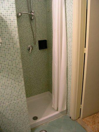 Hotel Girasole: shower