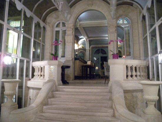 Château Hôtel Grand Barrail : entrance of bar