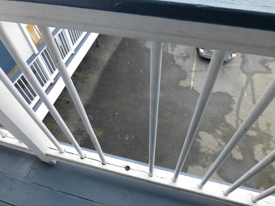 Nautical Motel & Suites: missing posts in balcony railing