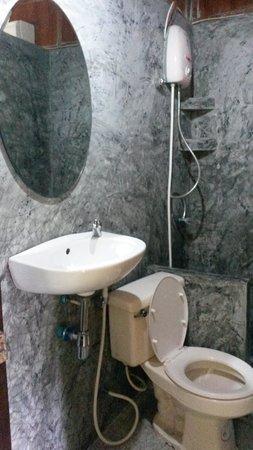 Koh Tao Royal Resort: Standard Bungalow Bathroom