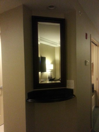 Town & Country Inn and Suites: Hall mirror