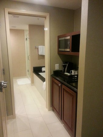 Town & Country Inn and Suites: Thru to bathroom