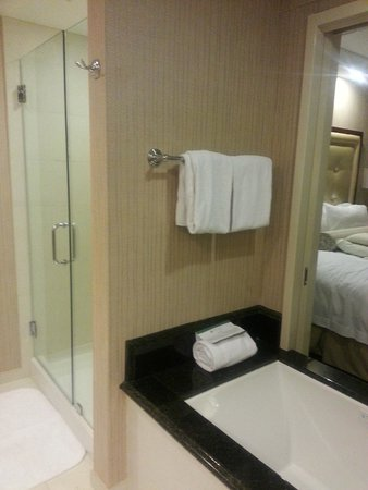 Town & Country Inn and Suites: Jet tub with pocket doors. Watch TV or have privacy.