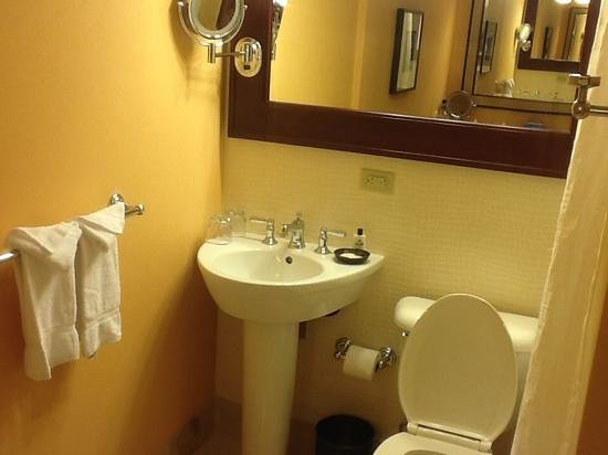 InterContinental Stephen F. Austin : zero counter space near sink !
