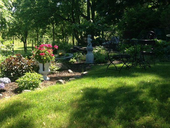 Morgan Samuels Inn : Relaxing and well manicured grounds