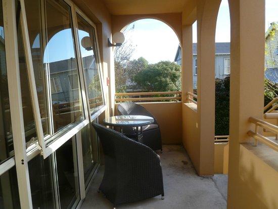 Tuscana Motor Lodge: balcony outside our room