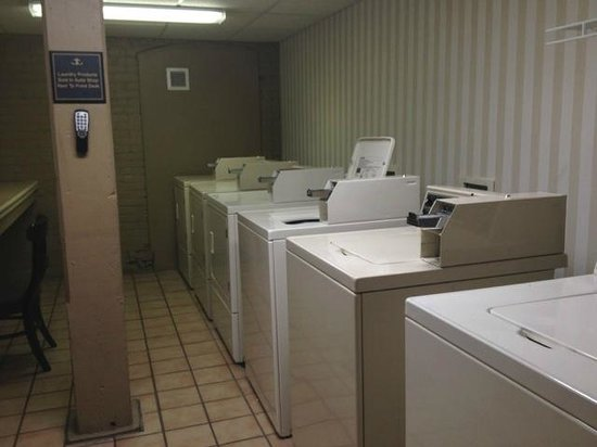 Hampton Inn & Suites Convention Center: Laundry Room