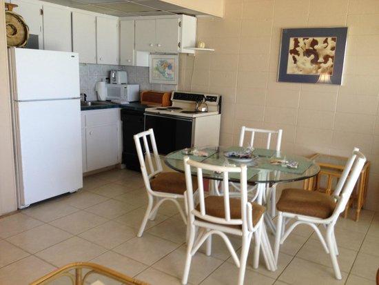 SeaHorse Beach Resort : kitchen/dining