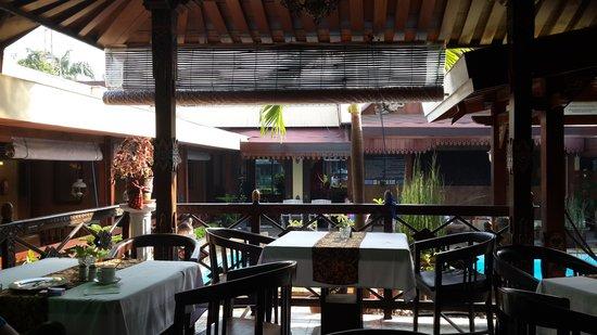 Istana Batik Ratna Hotel: breakfast, Java style