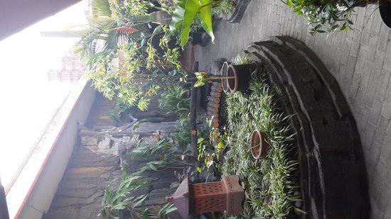 Istana Batik Ratna Hotel: relaxing garden area