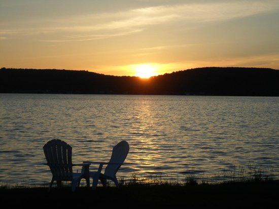 Beach Inn Motel on Munising Bay : Sunset from the back lawn of the hotel