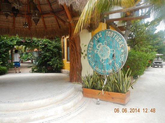 Mandarina Restaurant & Beach club by Casa Las Tortugas : Entrance from road