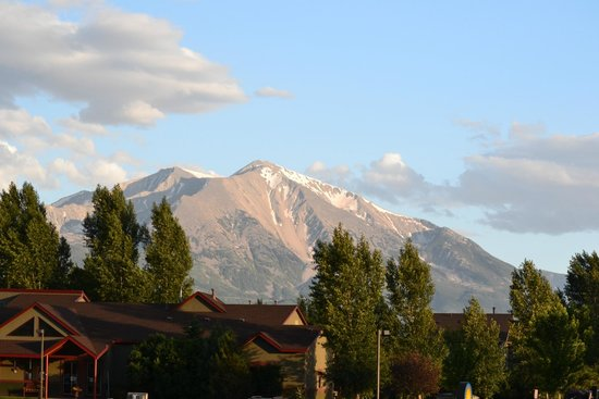 Days Inn Carbondale : Mount Sopris view from Carbonale Days Inn front door