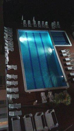 Apartamentos Playasol My Tivoli : Vista de la piscina de noche