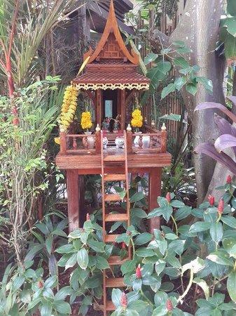 Anantara Rasananda Koh Phangan Villas : a small shrine in every corner of the resort