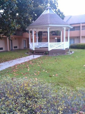 Quality Inn & Suites: Gazebo on the grounds by the pool
