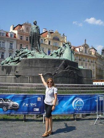 Prager Altstadt: monumentos por todos os lados ,este e no meio da praça ao lado d relogio