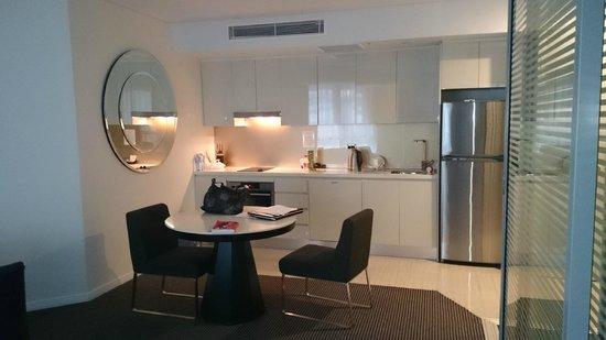 Meriton Suites Herschel Street, Brisbane : kitching dining area
