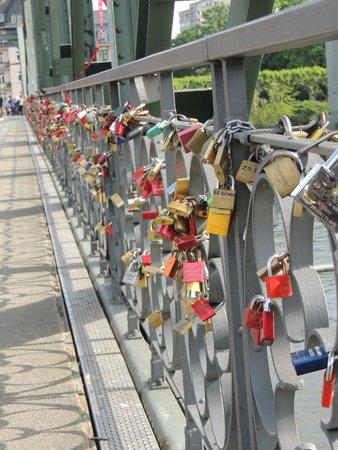 Eiserner Steg: Cadeados presos a ponte