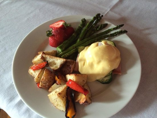 Felt Manor Guest House: Yummy Breakfast, Best Eggs Benedict I've had...