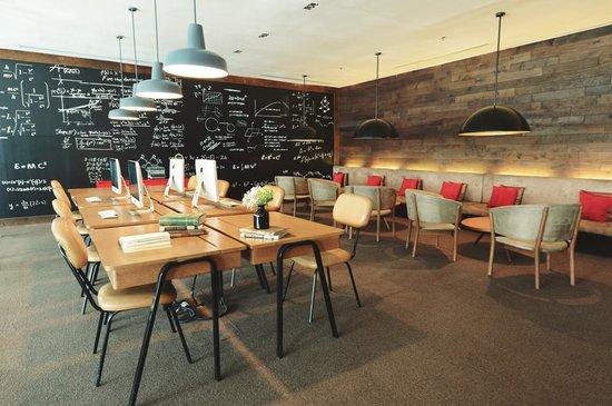 Morrissey Hotel Residences : Business Center