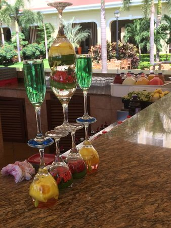 Hotel Riu Guanacaste: Fun bar glass displays!