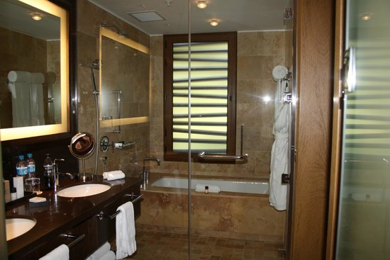 Tambo del Inka, A Luxury Collection Resort & Spa, Valle Sagrado: A lovely shower and tub.