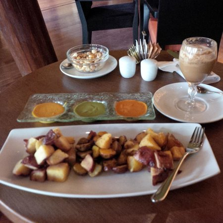 Tambo del Inka, A Luxury Collection Resort & Spa, Valle Sagrado: An afternoon snack in the bar, potatos and Inka Coffee.
