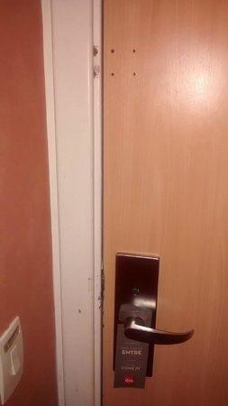Ibis Sorocaba: Porta sem trinco e com marcas de arrombamento