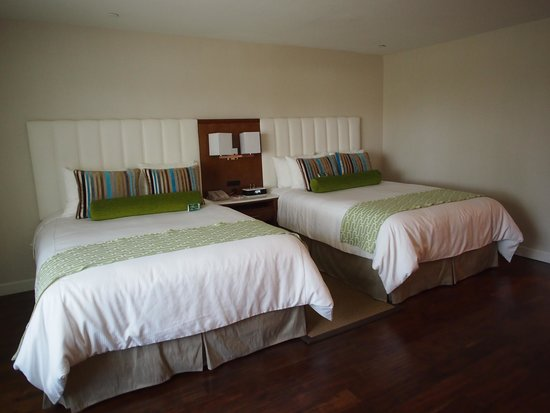 Hotel Indigo Anaheim : suite room with 2 queen size bed and a sofa bed