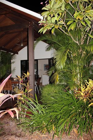 The Pearle of Cable Beach: Entry overlooking outdoor dining area & bbq